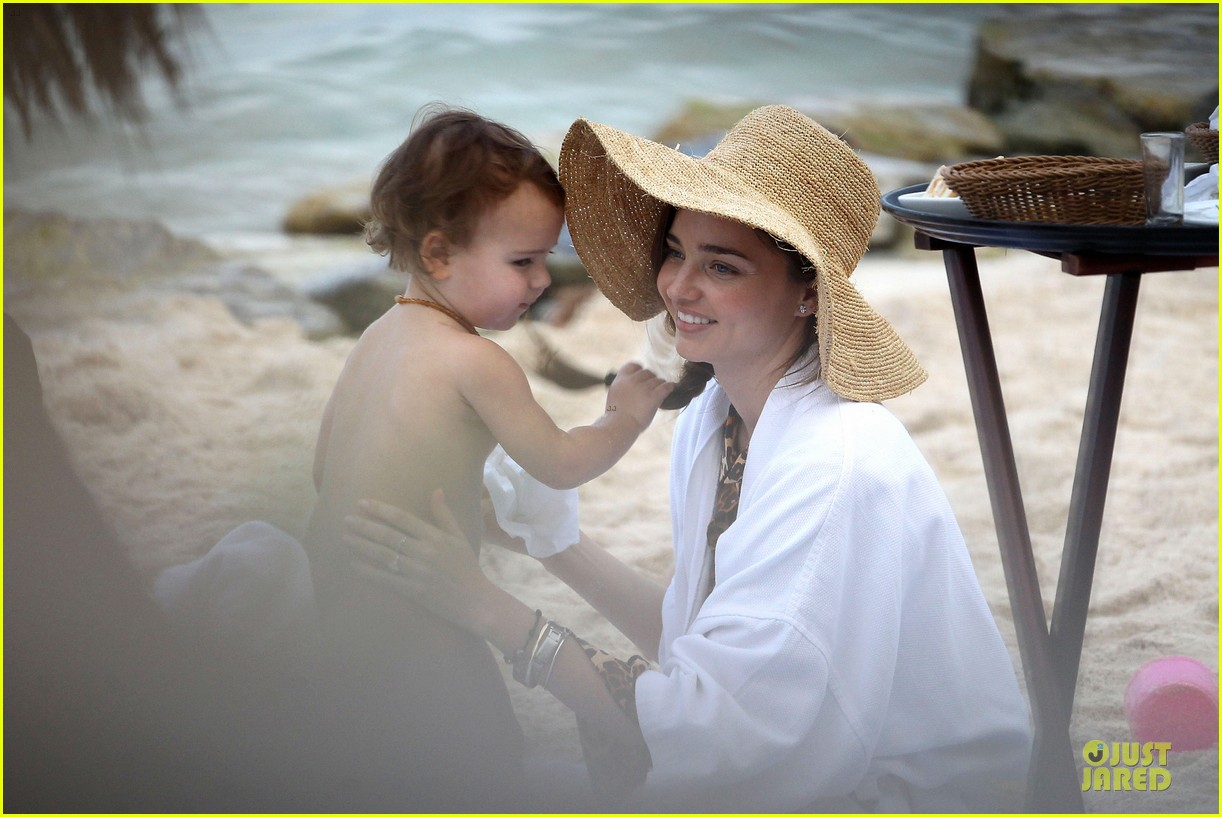 miranda kerr shirtless orlando bloom beach vacation with flynn 14