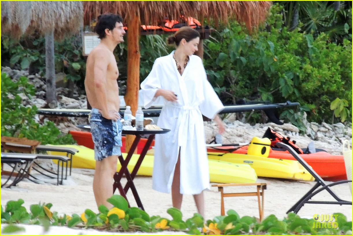 miranda kerr shirtless orlando bloom beach vacation with flynn 212800422