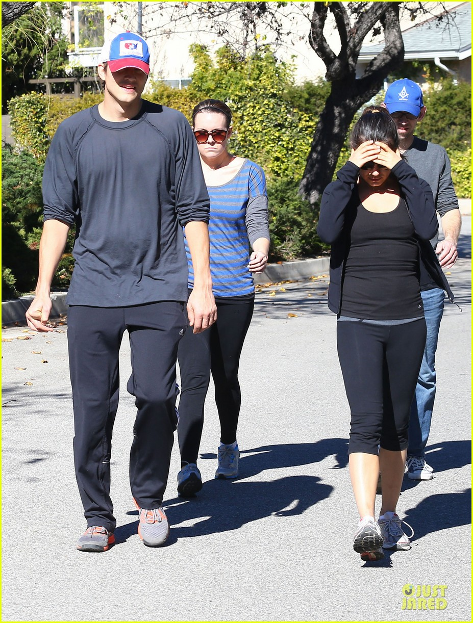 ashton kutcher mila kunis saturday morning walk 09