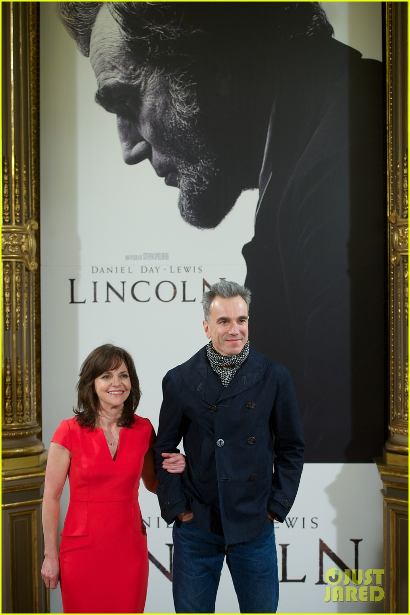 daniel day lewis promotes lincoln after golden globe win 13