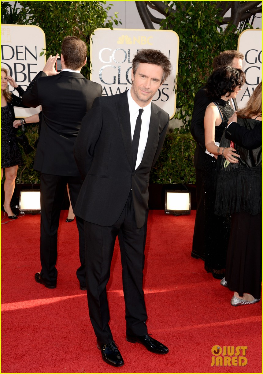 debra messing jack davenport golden globes 2013 red carpet 052790838