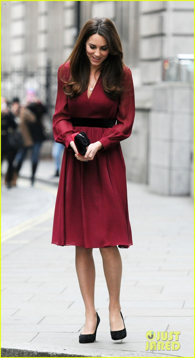 kate middleton baby bump portrait reveal 032789211