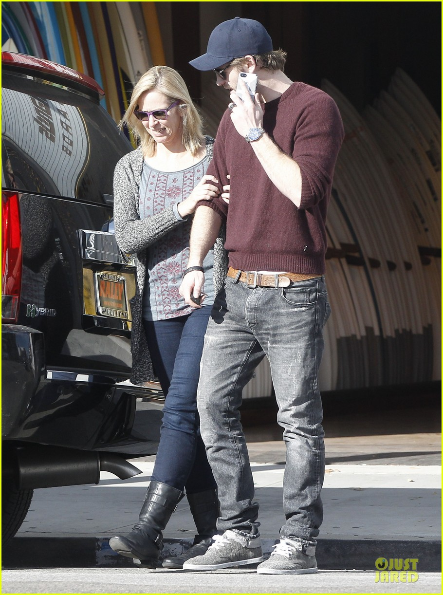 miley cyrus & liam hemsworth post holiday surf shopping 05