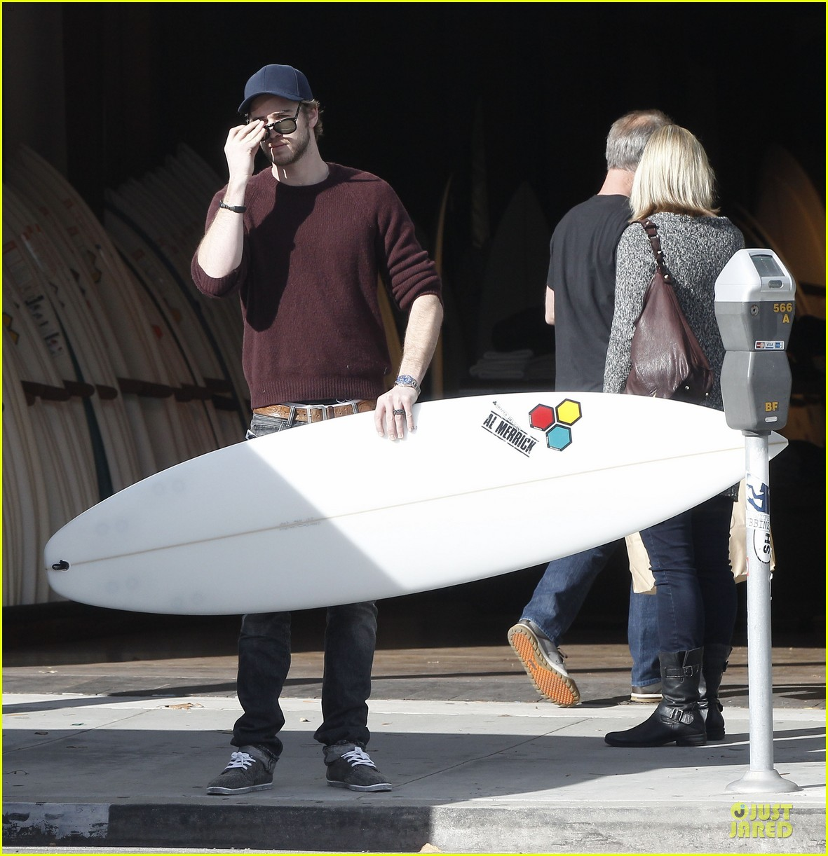 miley cyrus & liam hemsworth post holiday surf shopping 07