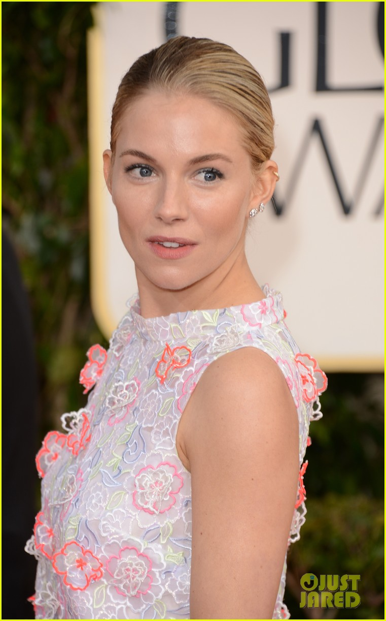 sienna miller golden globes 2013 red carpet 02