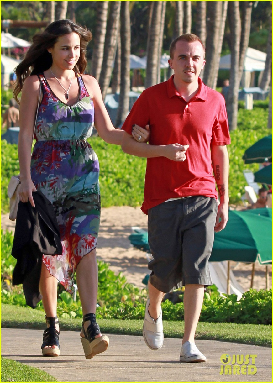 frankie muniz hawaiin vacation with elycia marie 092798560