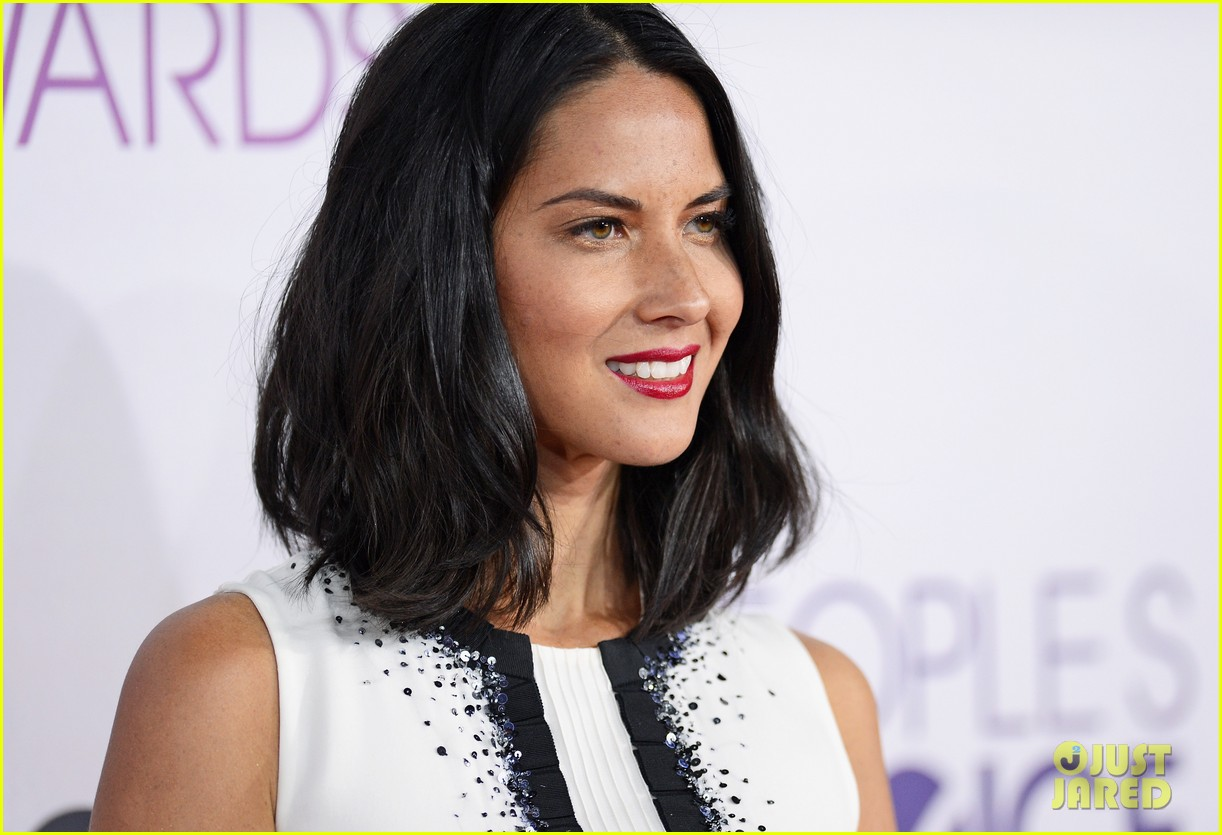 olivia munn peoples choice awards 2013 red carpet 02