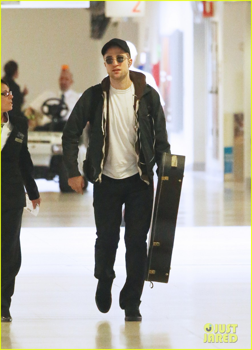 robert pattinson brings his guitar to melbourne 052793383