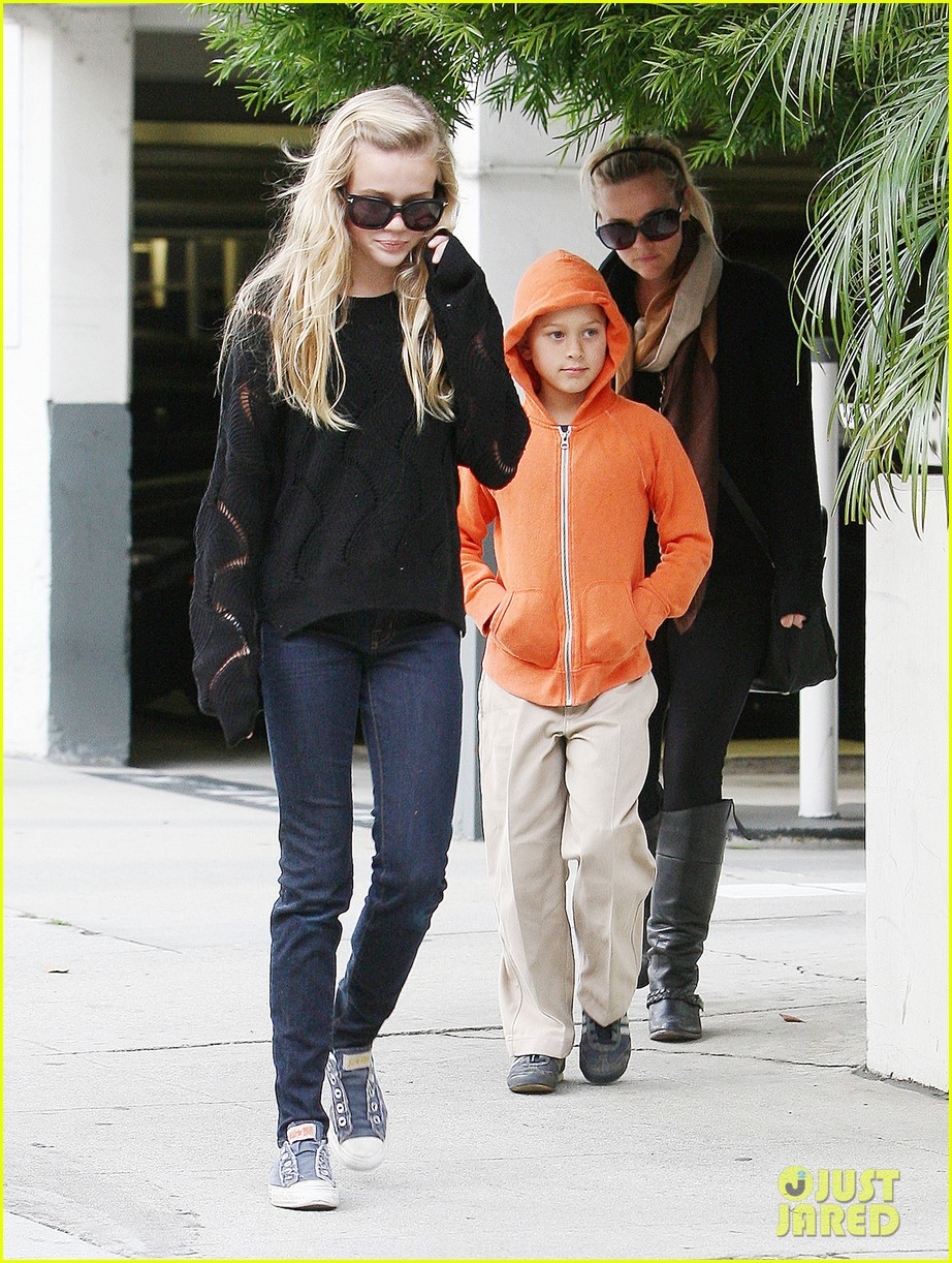 ryan phillippe eats subway reese witherspoon kids shop 02