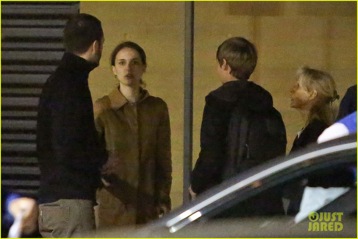 natalie portman runs errands after date night 05