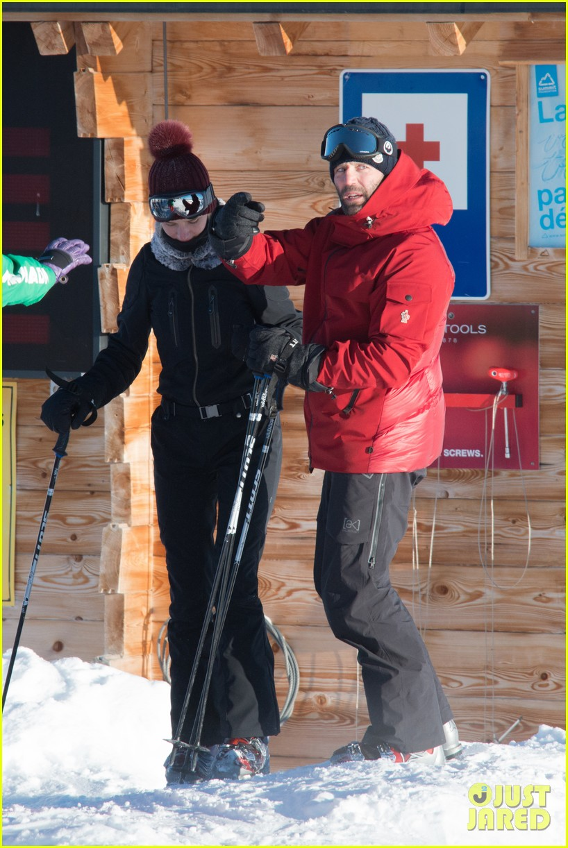 rosie huntington whiteley jason statham ski slope kisses 03