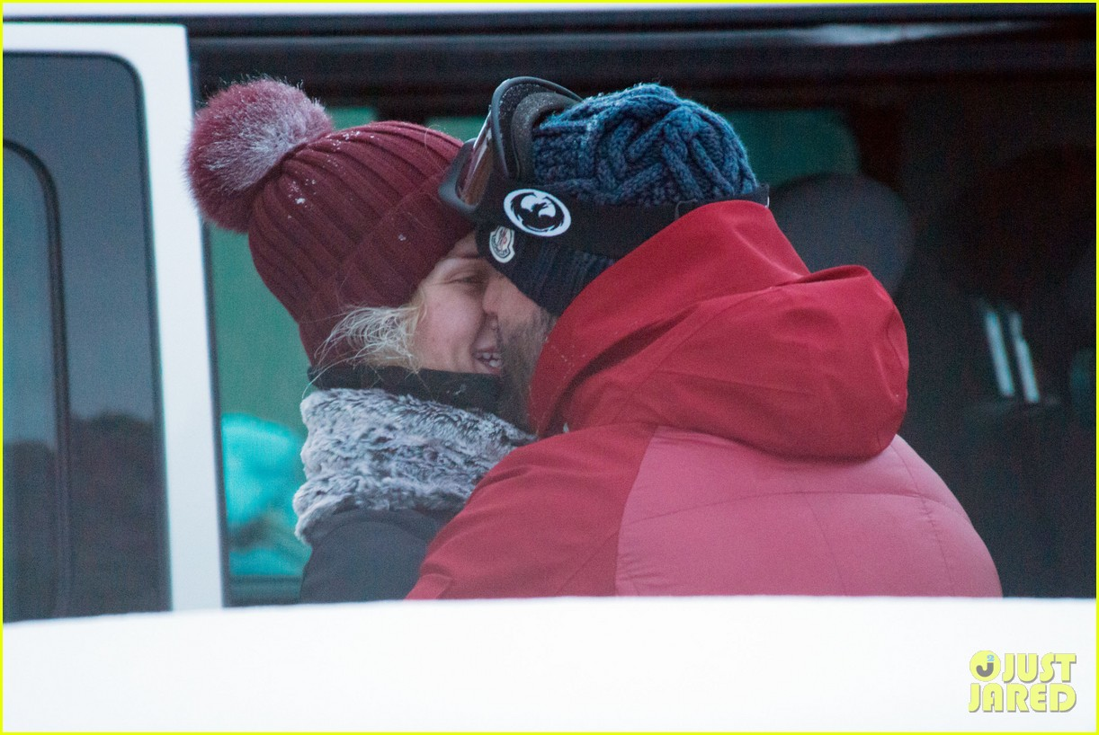 rosie huntington whiteley jason statham ski slope kisses 05