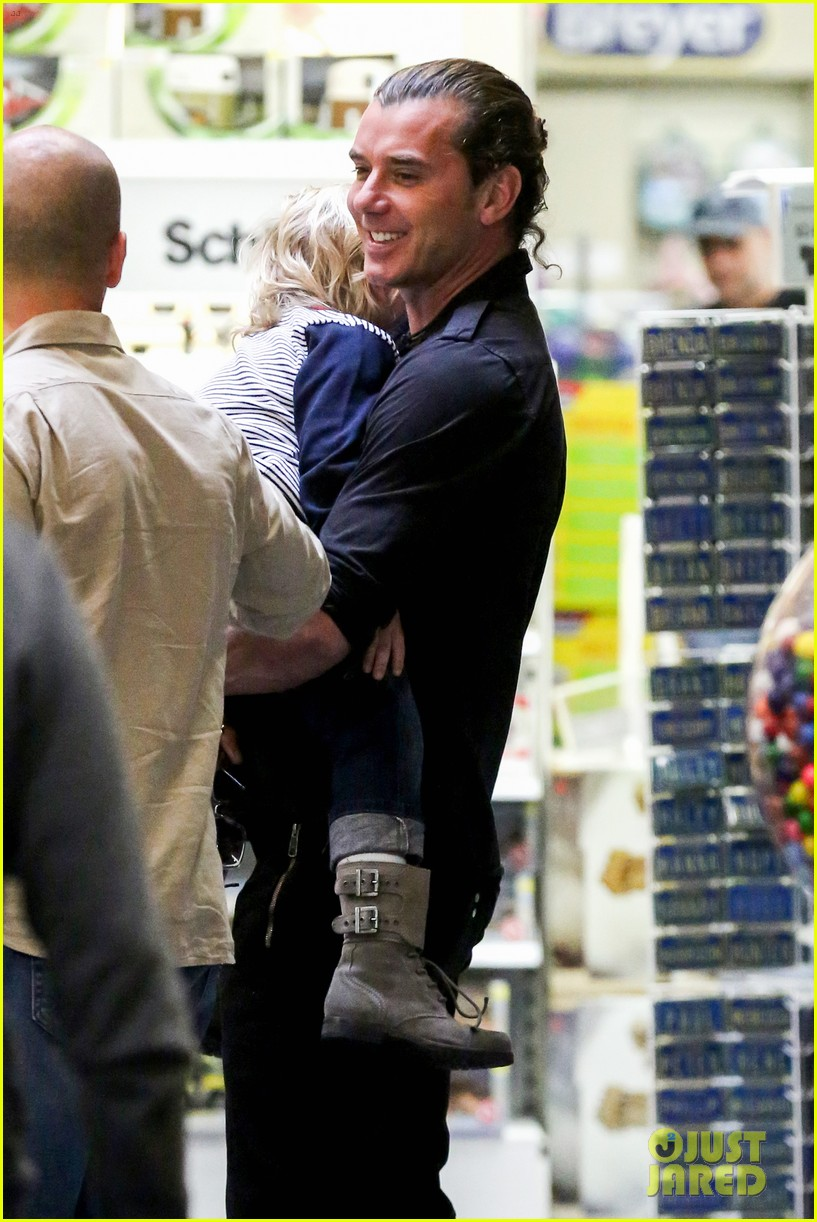 gwen stefani gavin rossdale toy shopping with the kids 14