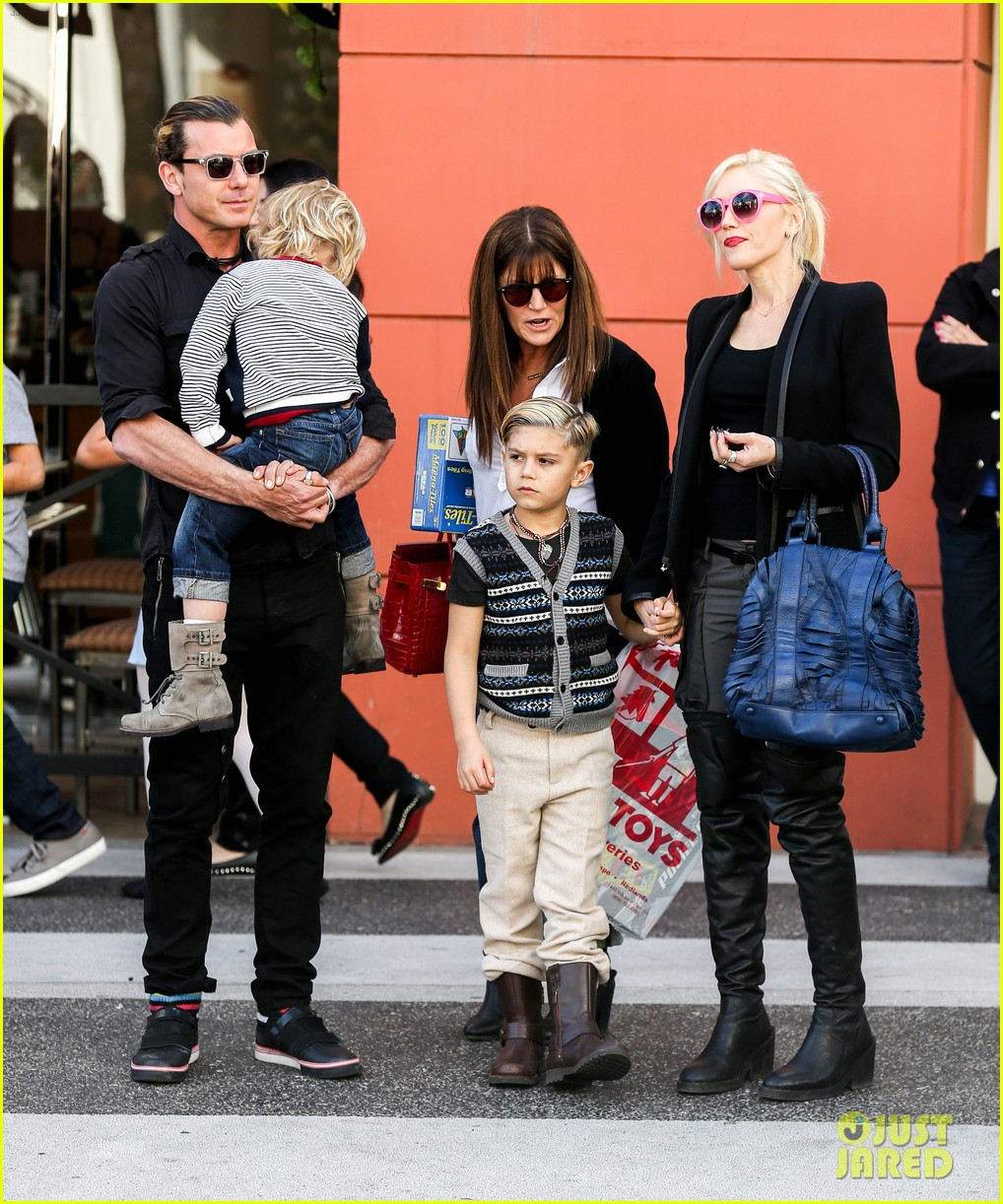 gwen stefani gavin rossdale toy shopping with the kids 202800236