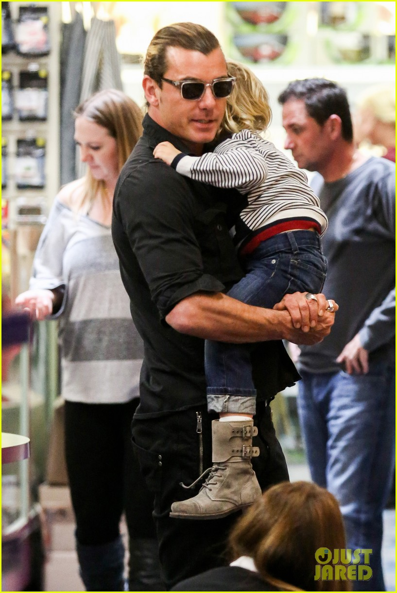 gwen stefani gavin rossdale toy shopping with the kids 21