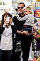 gwen stefani gavin rossdale toy shopping with the kids 19