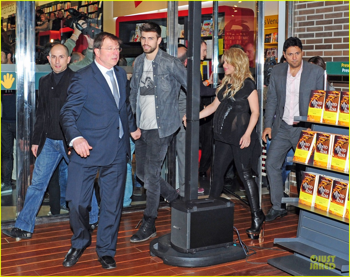 shakira gerard pique the wind and random book presentation 03
