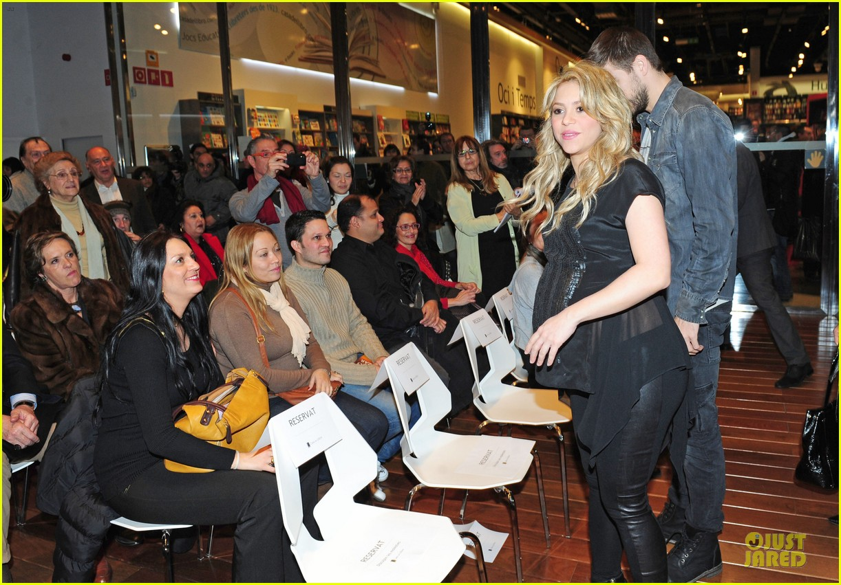 shakira gerard pique the wind and random book presentation 10