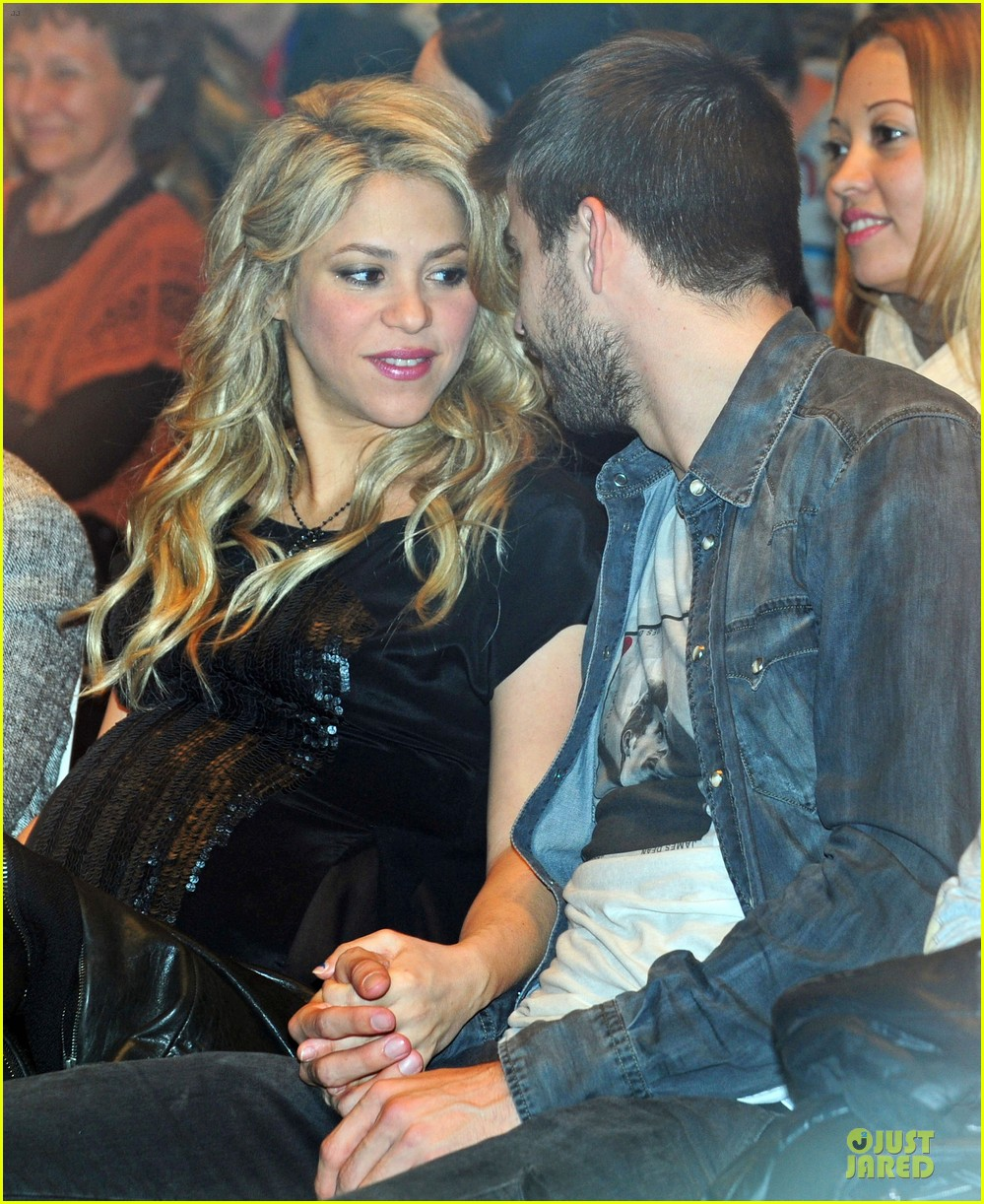 shakira gerard pique the wind and random book presentation 14