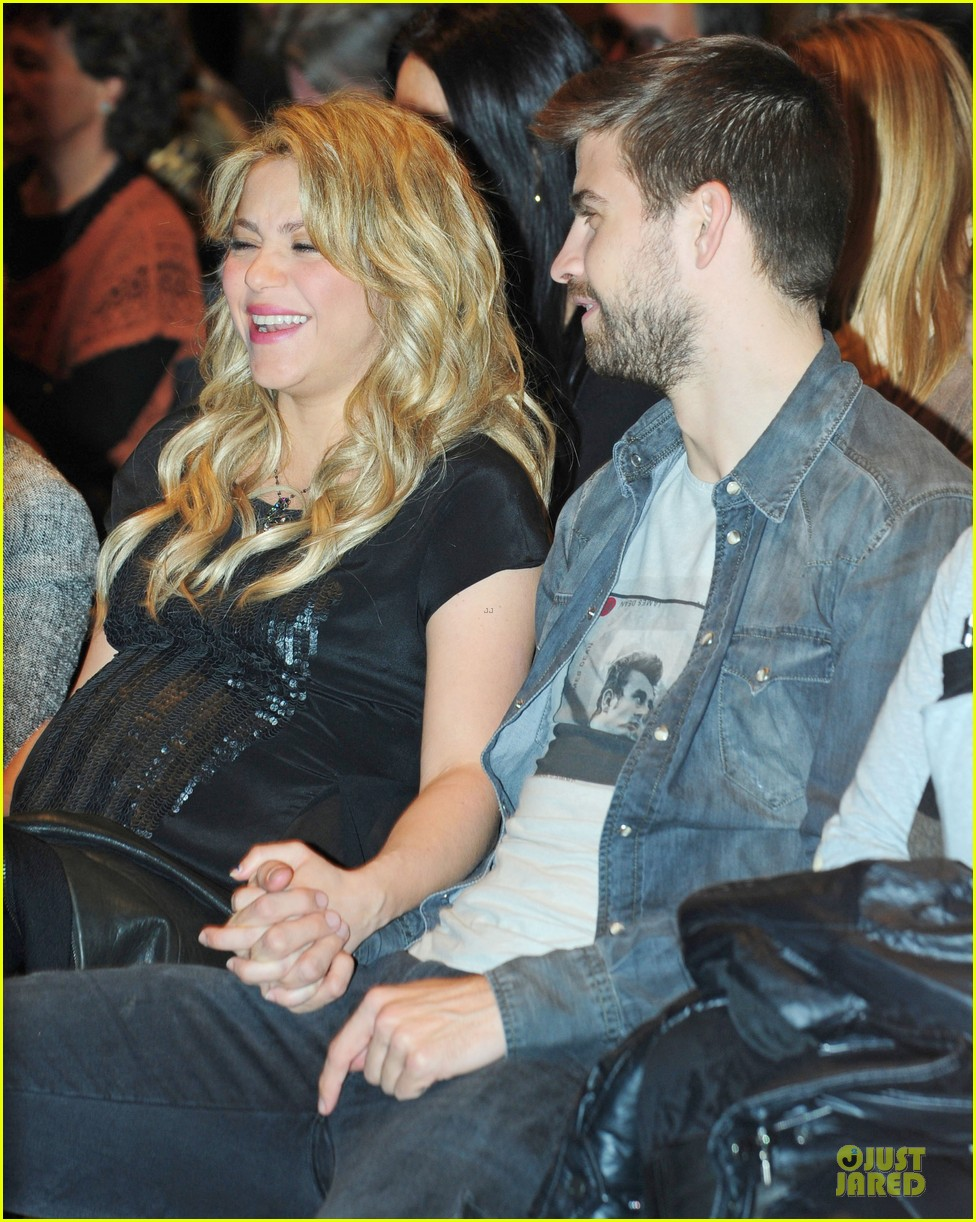 shakira gerard pique the wind and random book presentation 16