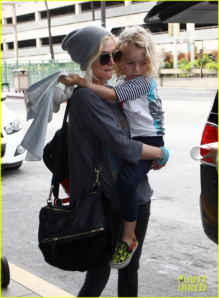 ashlee simpson hawaii depature with bronx 01