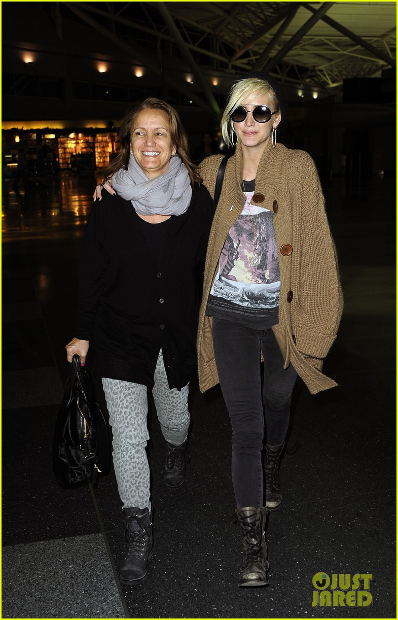 ashlee simpson jfk hugs for mom tina 01