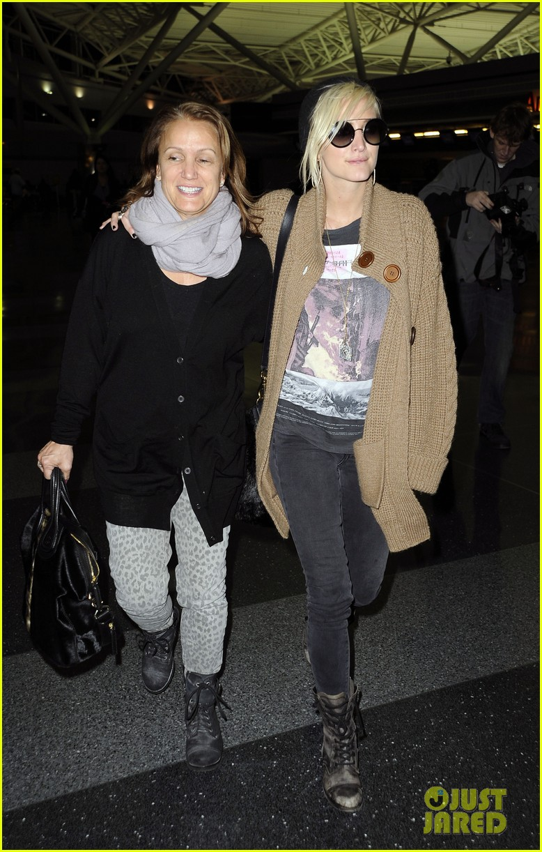 ashlee simpson jfk hugs for mom tina 04