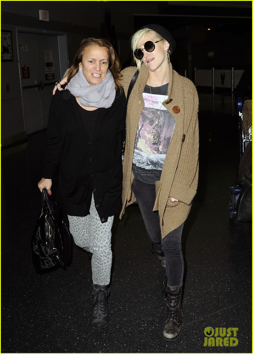 ashlee simpson jfk hugs for mom tina 13