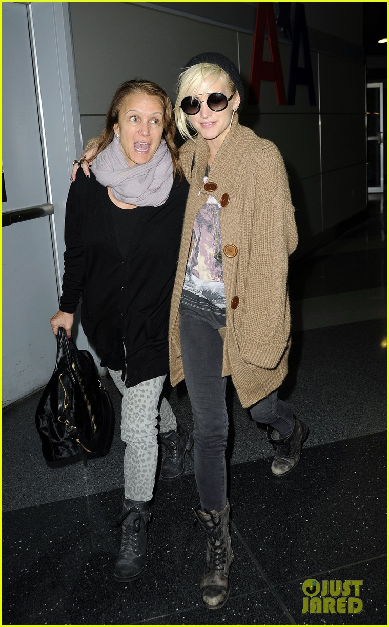 ashlee simpson jfk hugs for mom tina 14