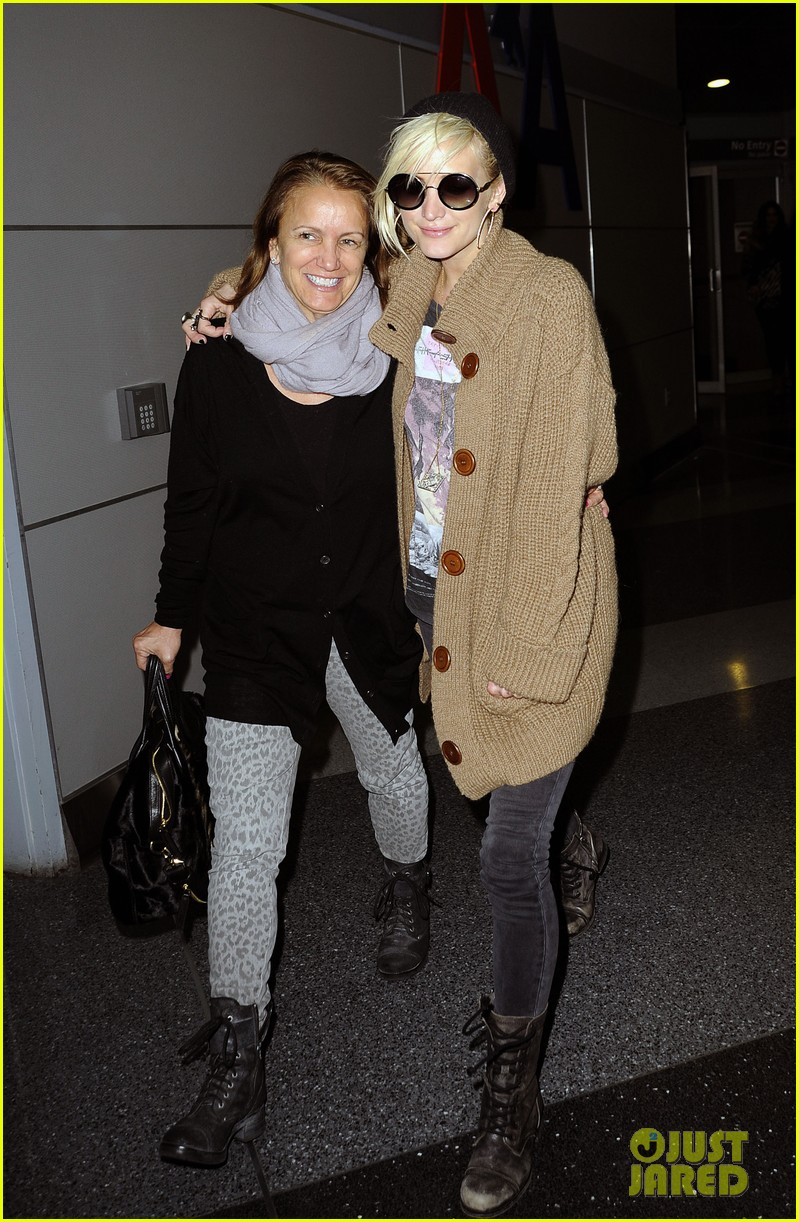 ashlee simpson jfk hugs for mom tina 15