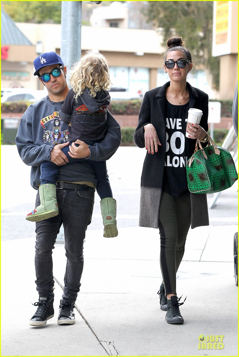 ashlee simpson beanie arrival in los angeles 122786477