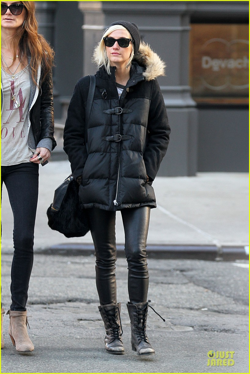 ashlee simpson soho stroll with a gal pal 08