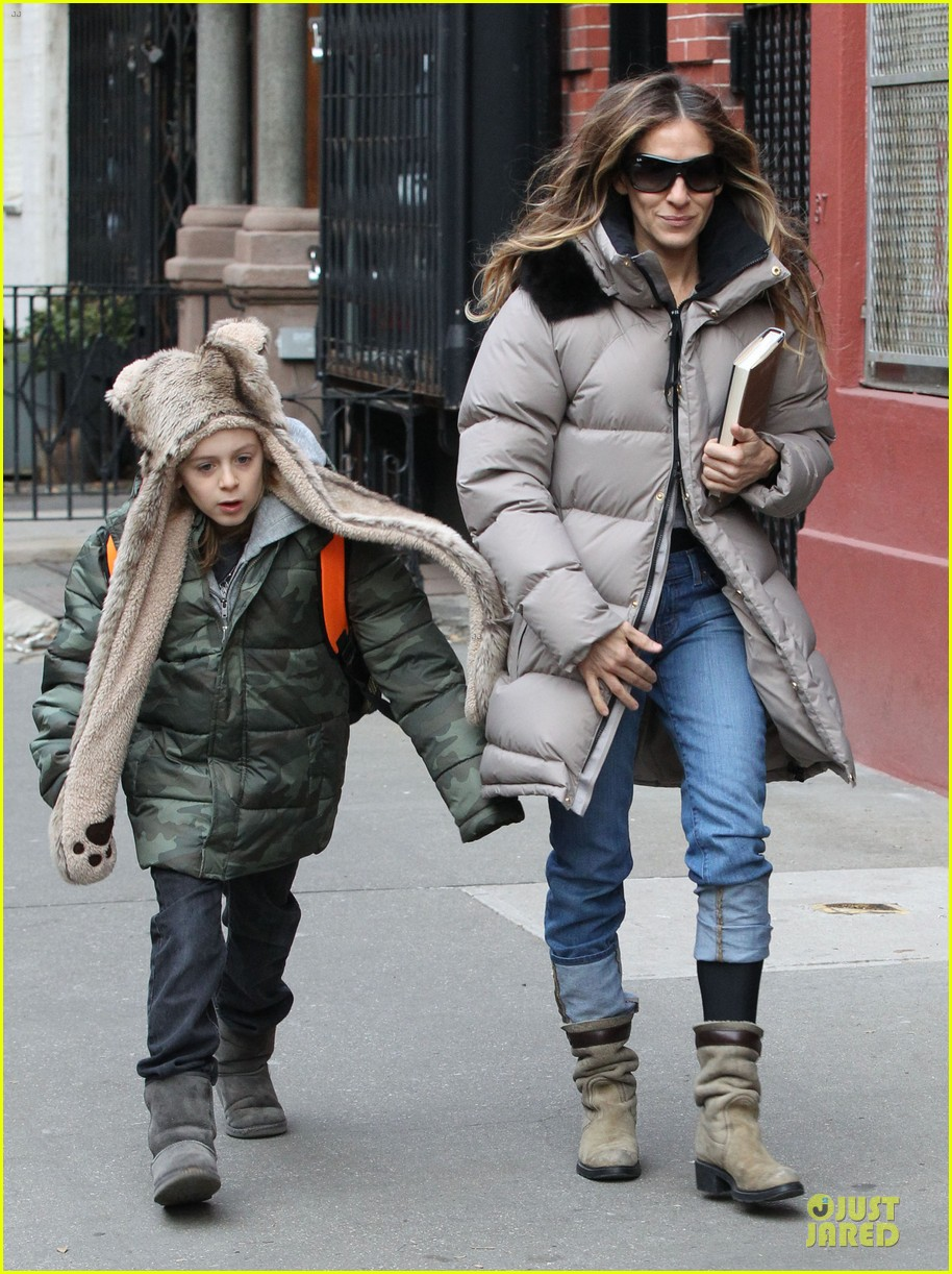 sarah jessica parker bundling school run with the kids 04