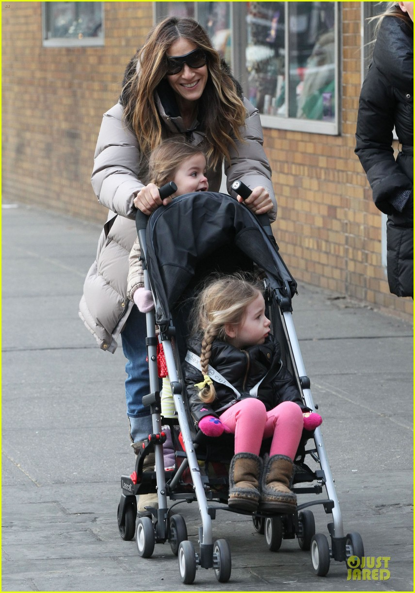 sarah jessica parker bundling school run with the kids 05