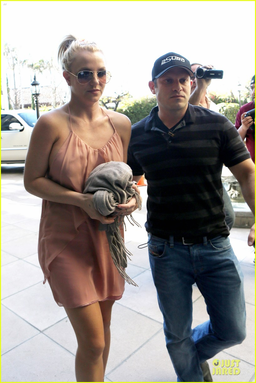 britney spears escorted lunch in los angeles hotel 13