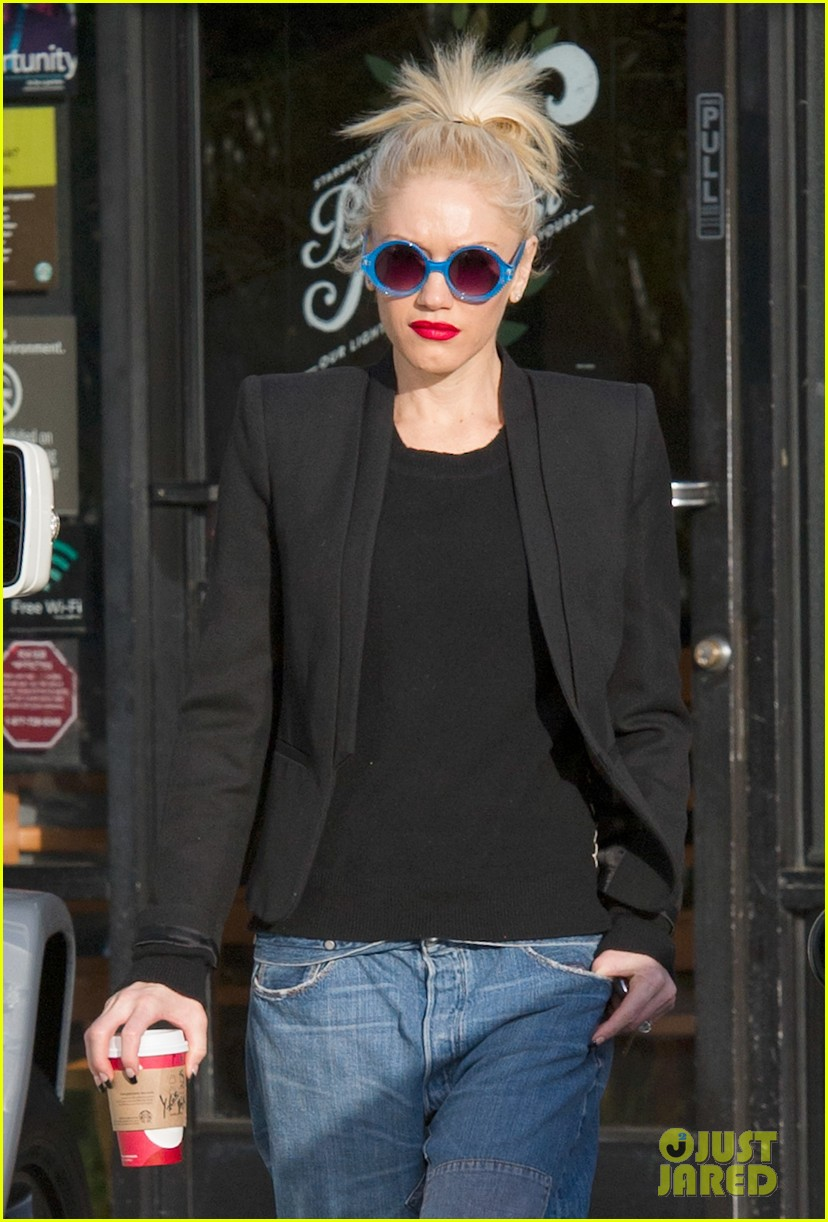 gwen stefani baggy jeans at starbucks 02