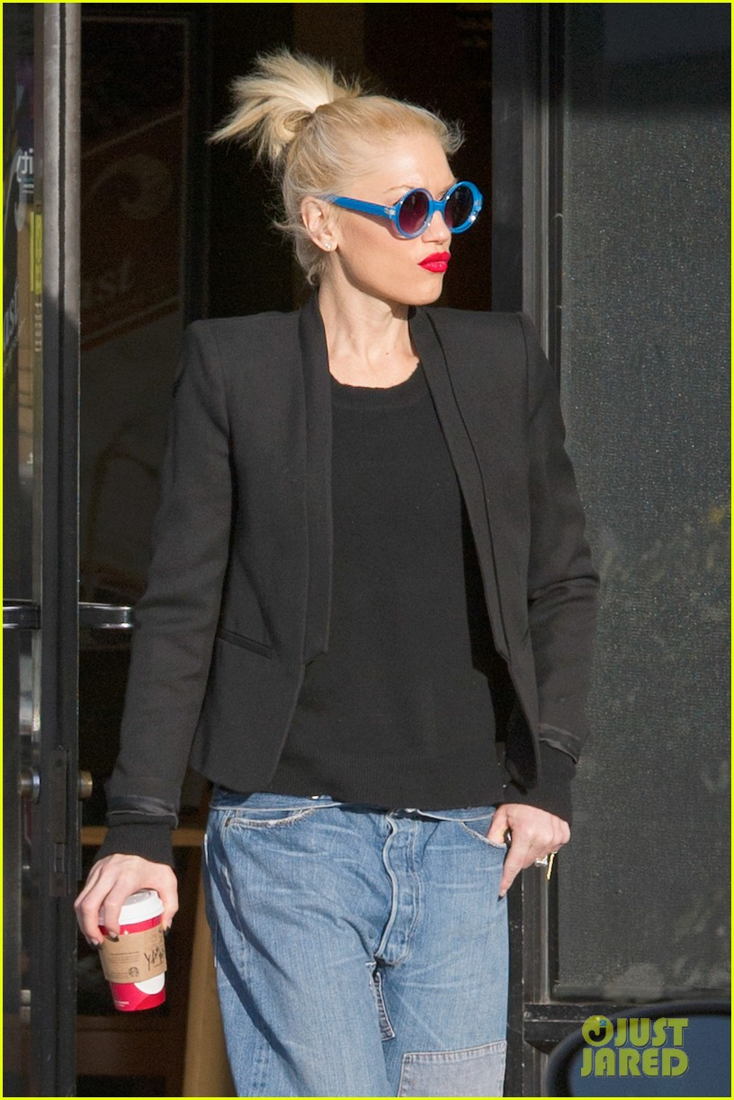 gwen stefani baggy jeans at starbucks 04