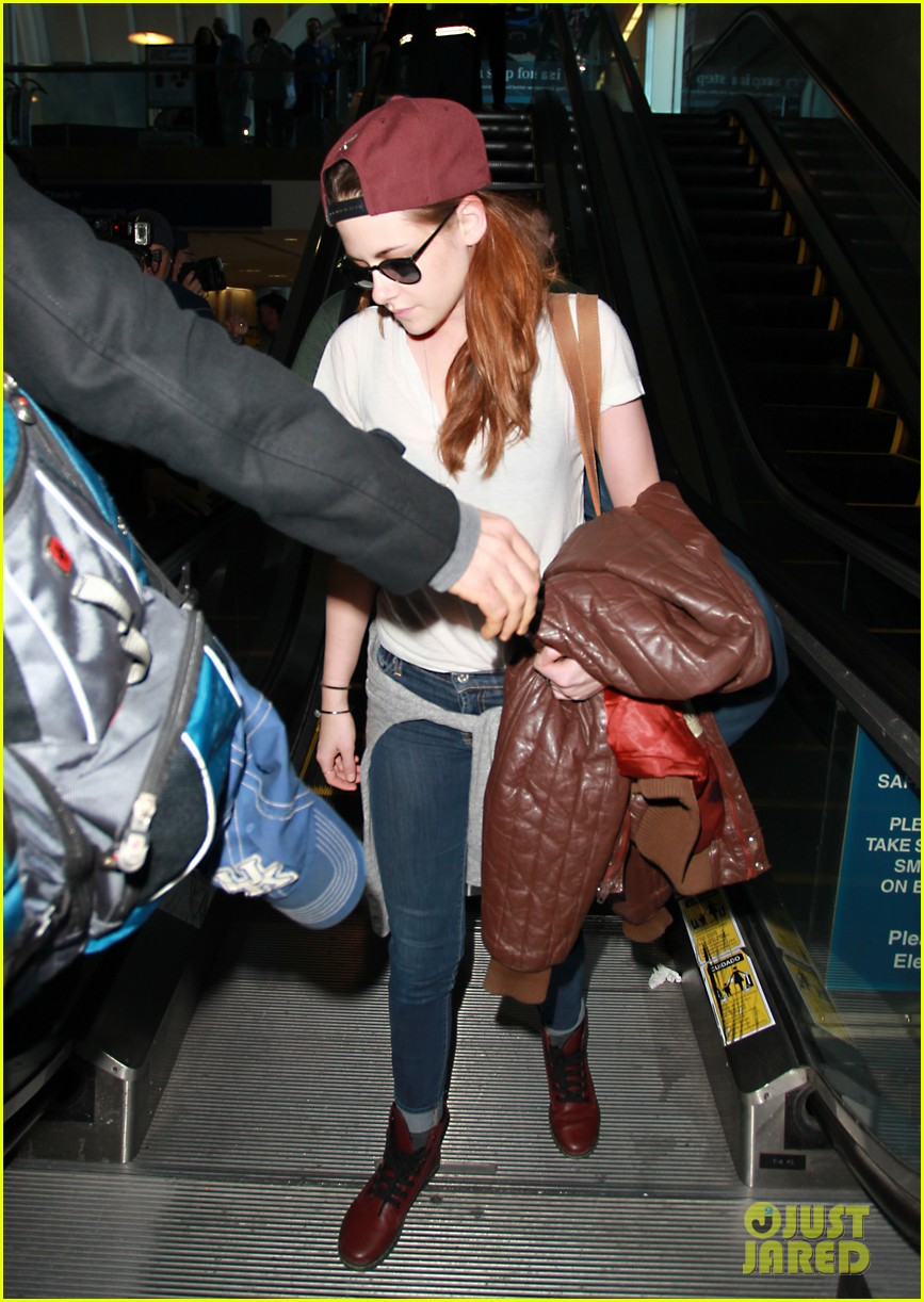 kristen stewart changes clothes for lax landing 16