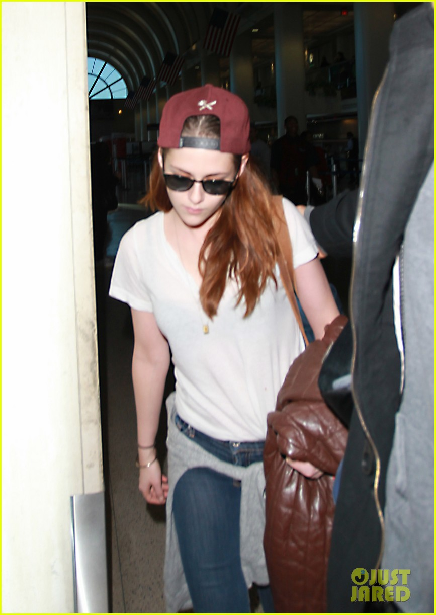 kristen stewart changes clothes for lax landing 18