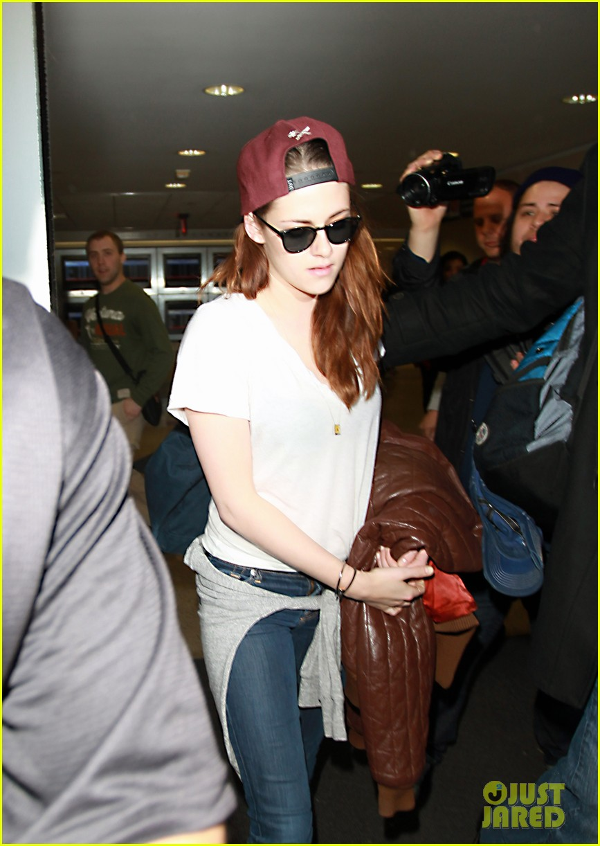 kristen stewart changes clothes for lax landing 20