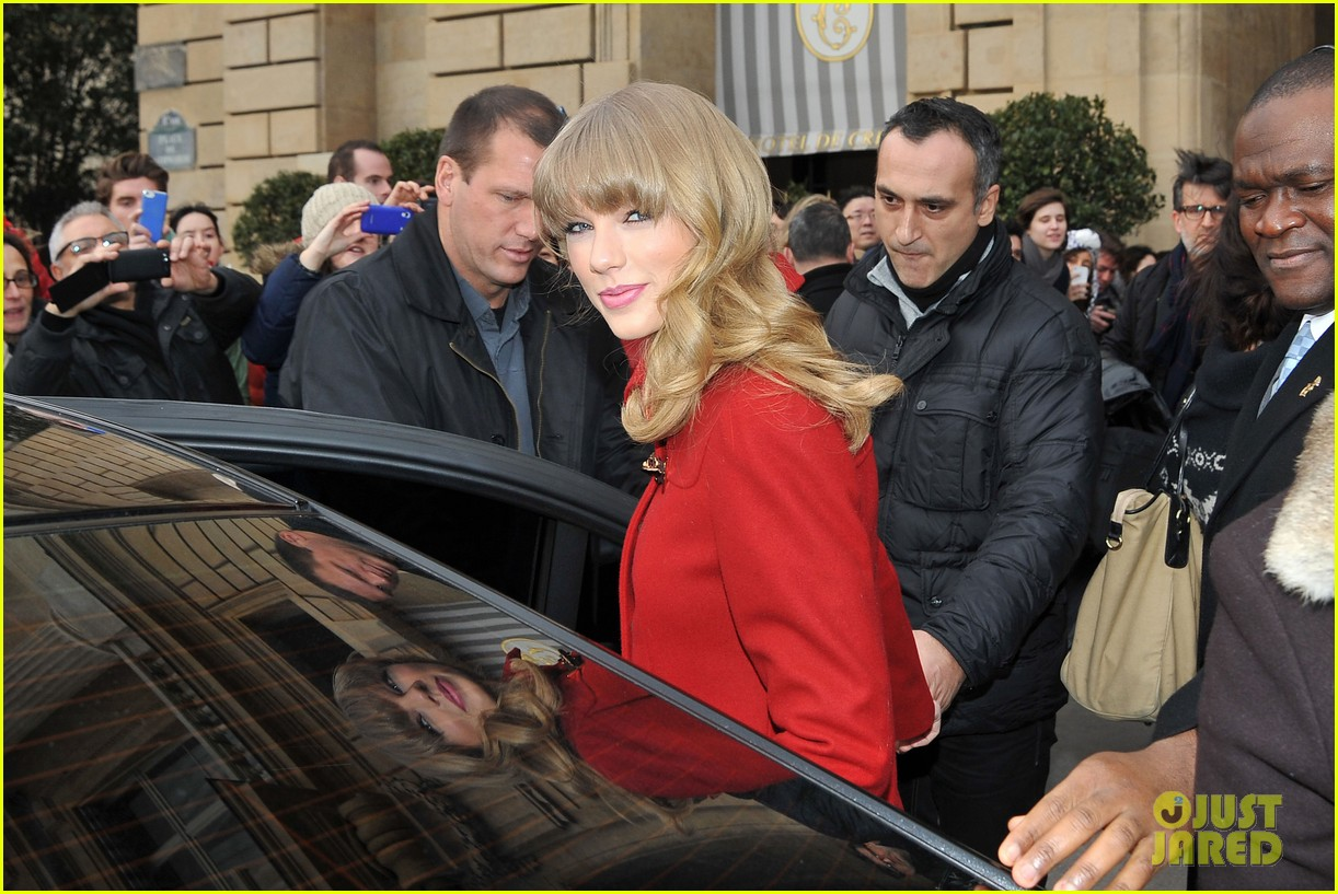 taylor swift hailee steinfeld paris sightseeing pair 082800171