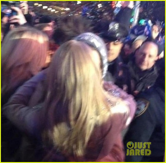 taylor swift harry styles kiss at midnight on new years eve pics 03