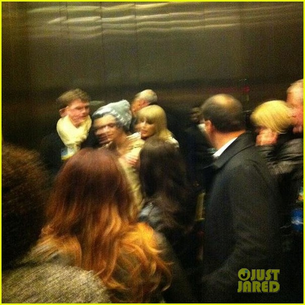 taylor swift harry styles kiss at midnight on new years eve pics 05