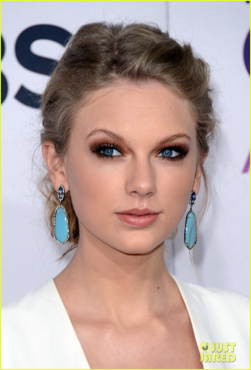 taylor swift peoples choice awards 2013 red carpet 02