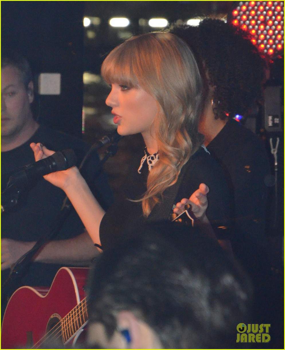 taylor swift paris yacht performance 02
