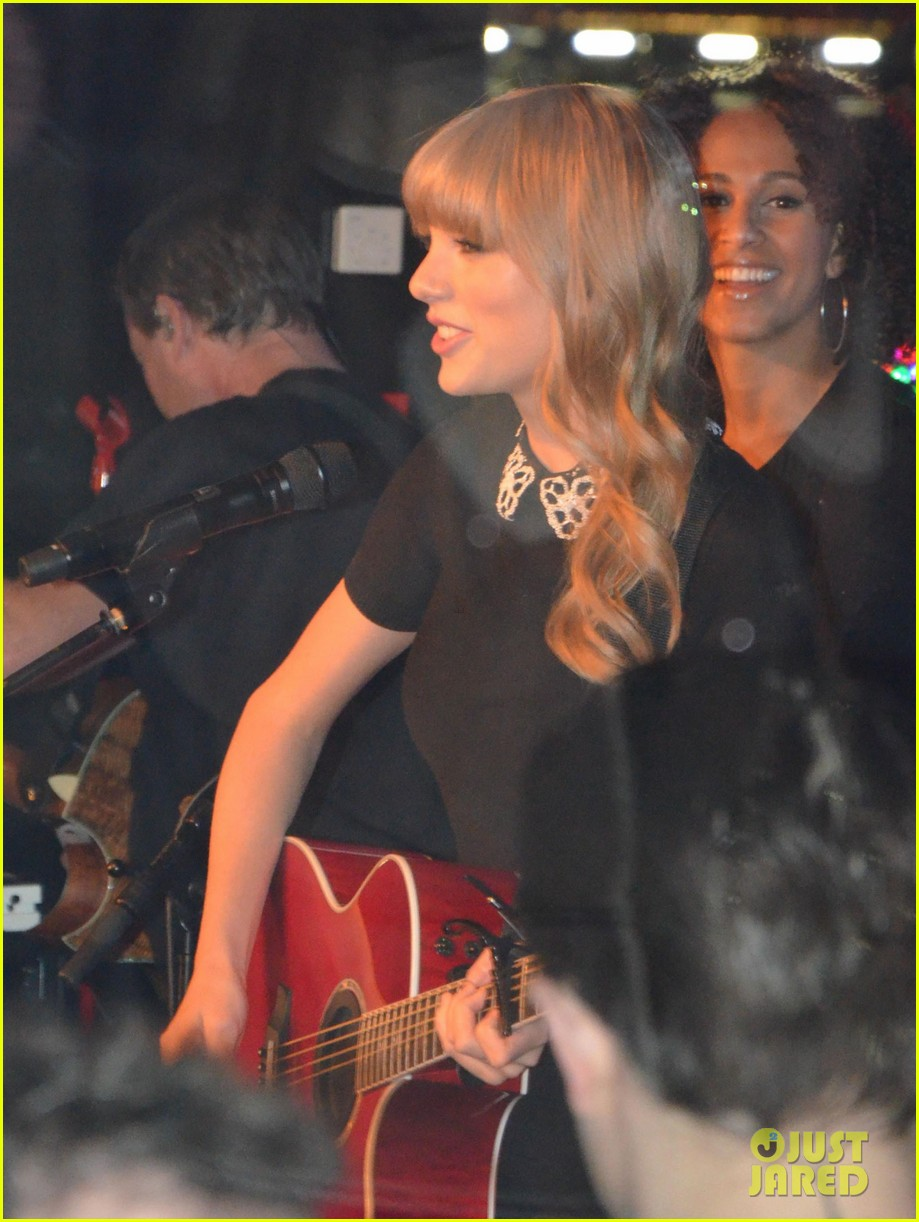 taylor swift paris yacht performance 03