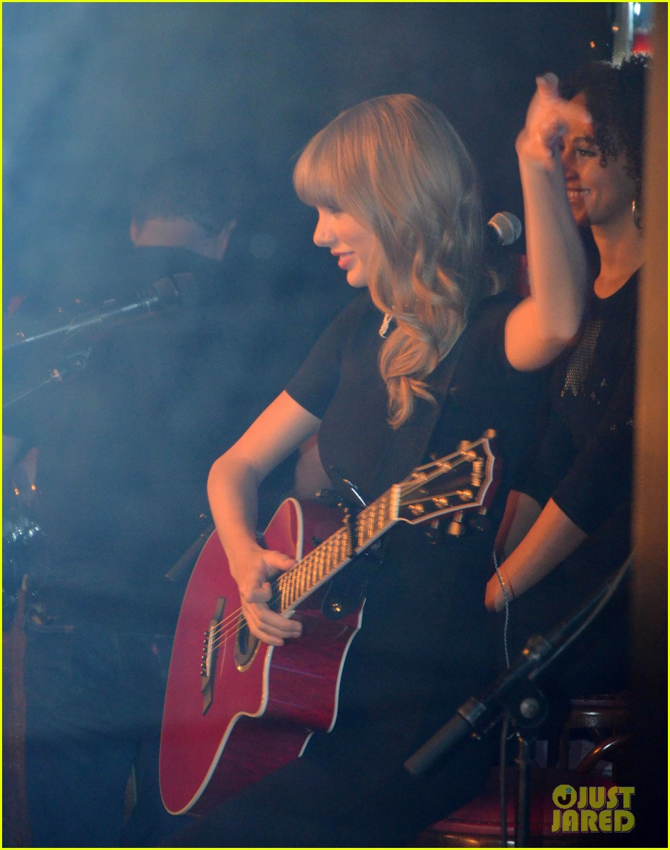 taylor swift paris yacht performance 04