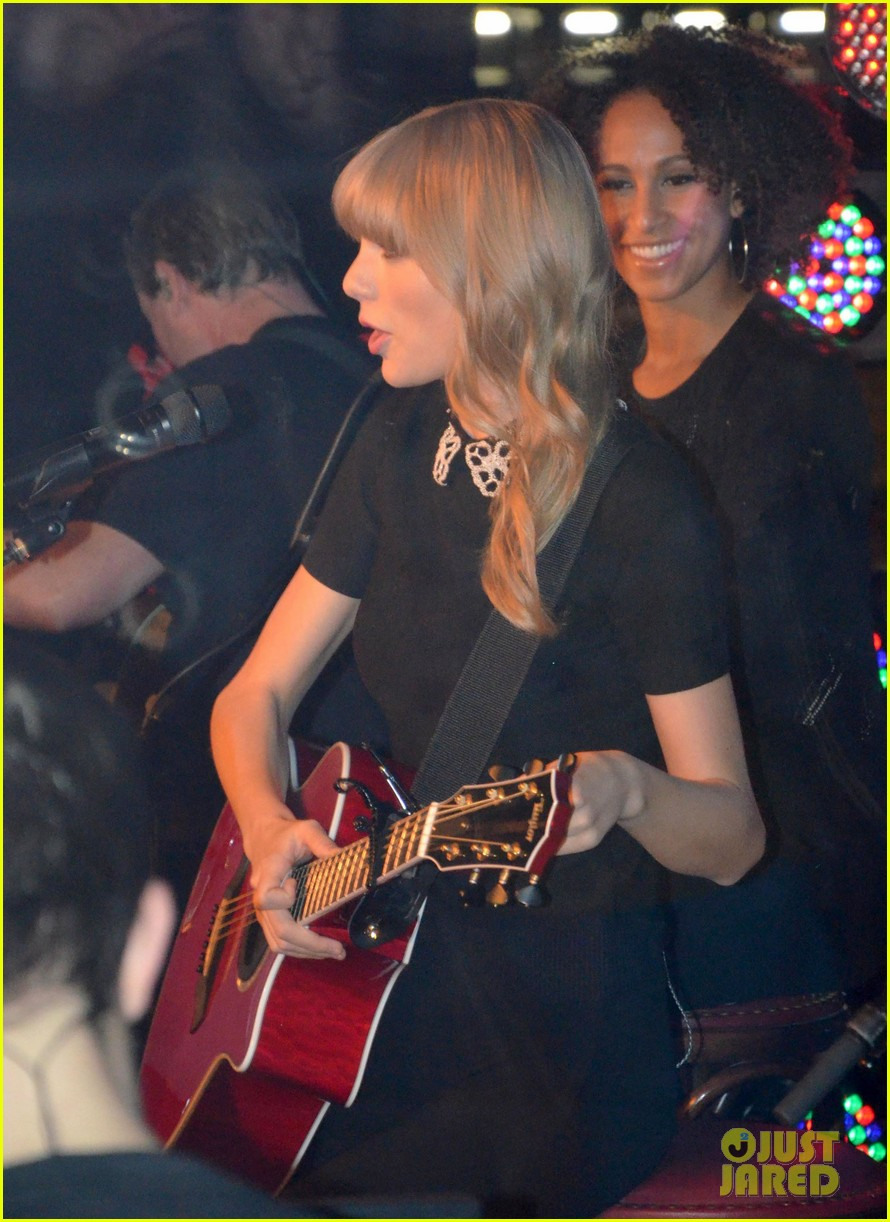 taylor swift paris yacht performance 072800641