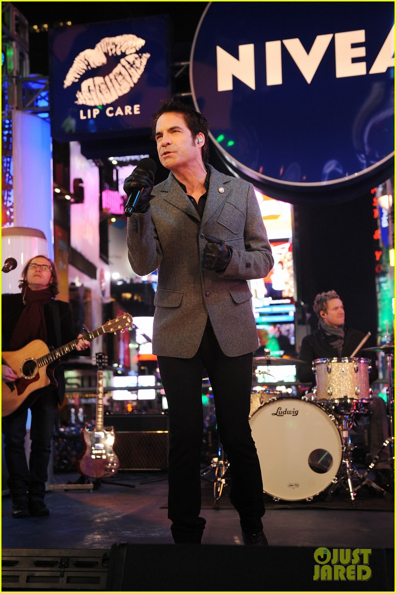 train new years eve performance in times square 01