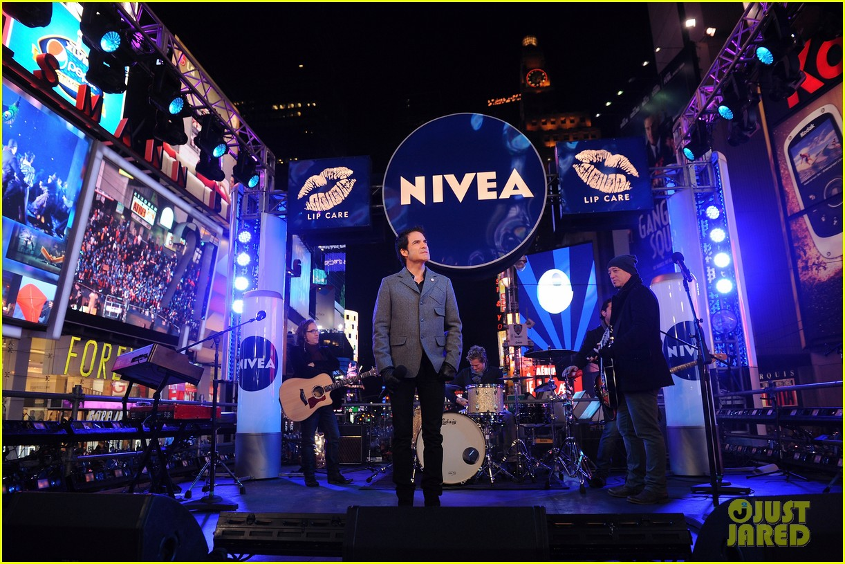 train new years eve performance in times square 03
